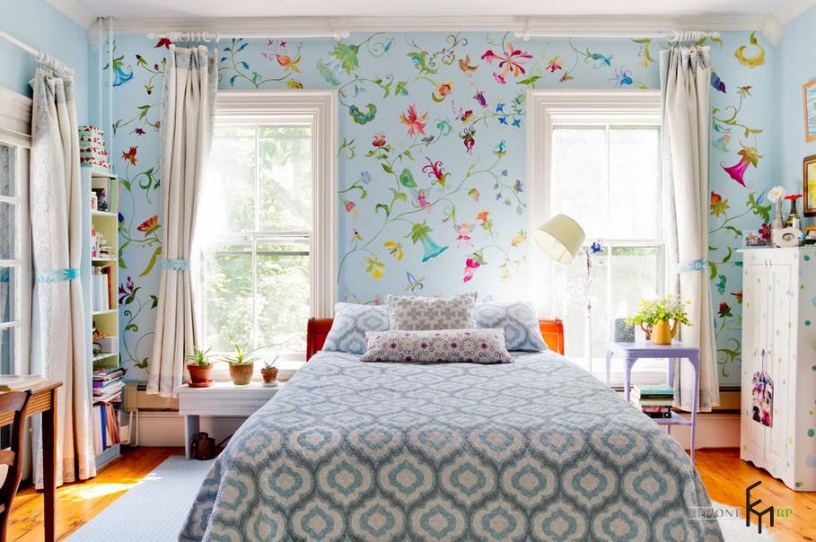 Разноцветные обои в спальне