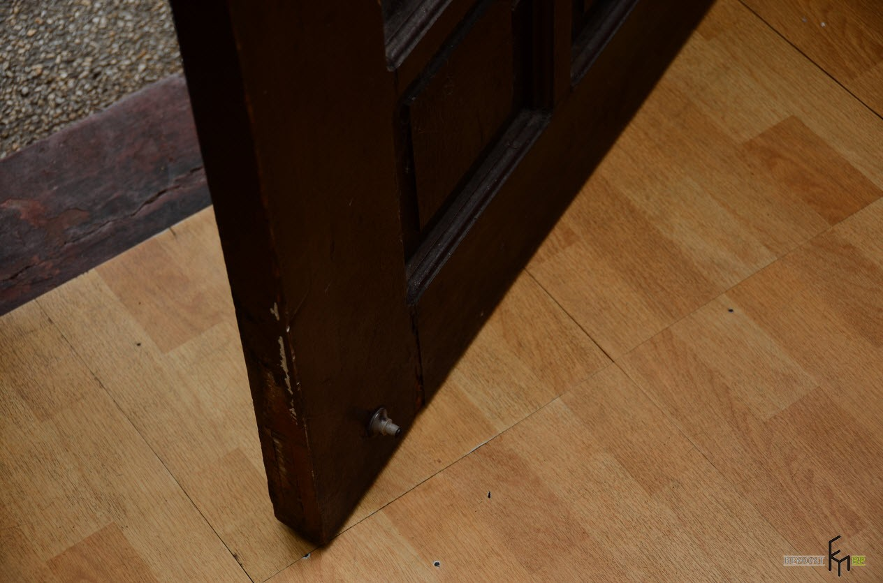 Шуруп внизу двери