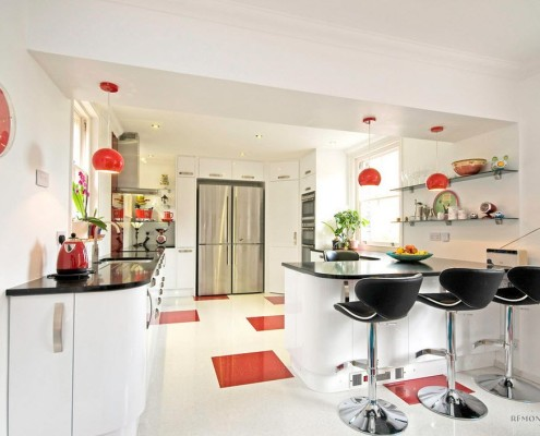 Белая кухня с красными элементами