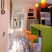 Яркая кухонная мебель в коридоре
