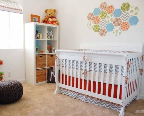 Белая кроватка в детской