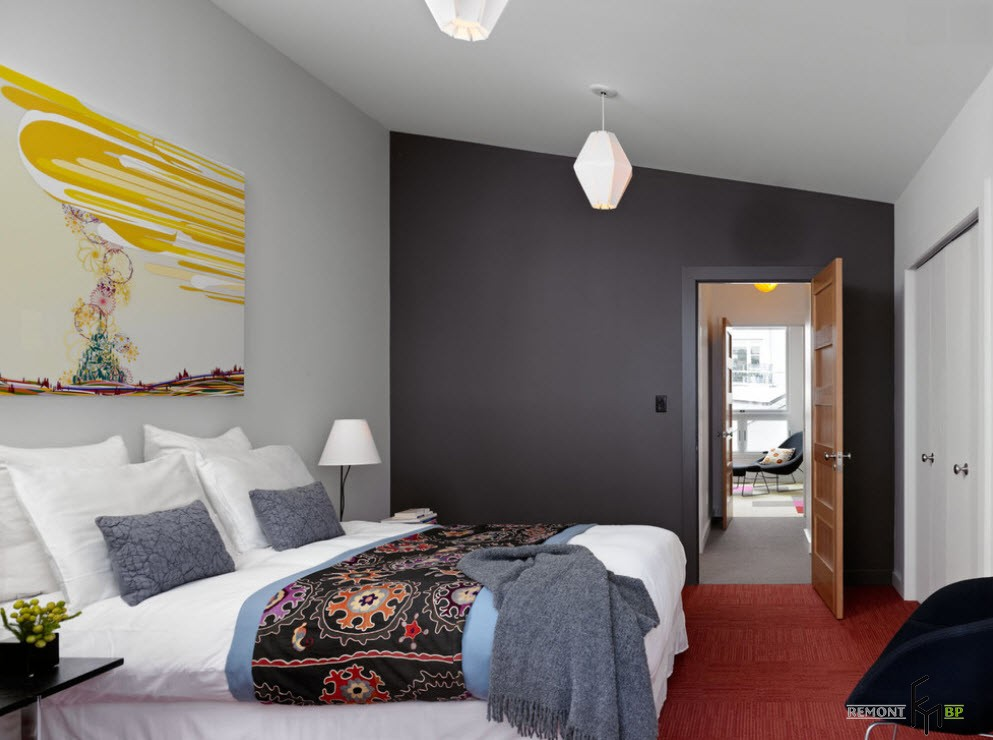 Темно-серая стена в спальне и красный пол