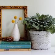 Белая вазочка с тремя желтыми цветами