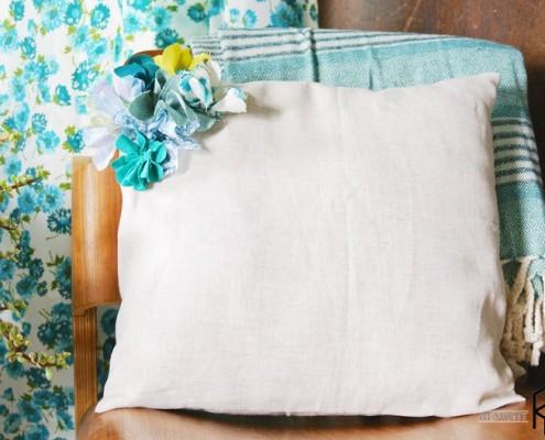 Цветочный декор для подушки