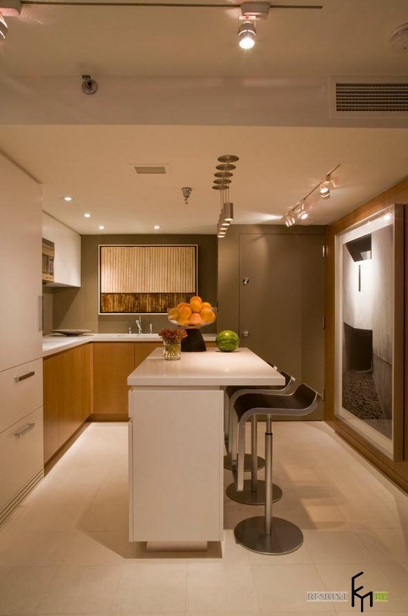 Белый стол и зеркало на кухне