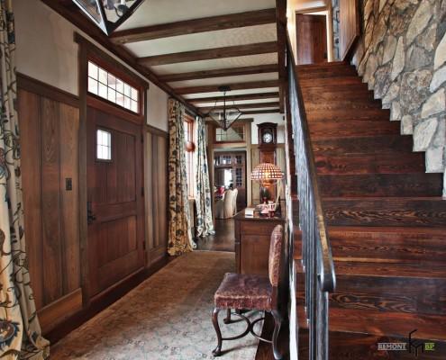 Кованные перила деревянной лестницы