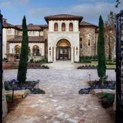 Архитектура средиземноморского стиля выделяется своими изогнутыми формами светлых тонов