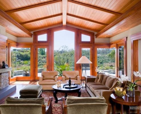 Окрашенный и лакированный потолок