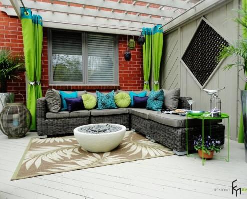 Стильный интерьер с зелеными шторами