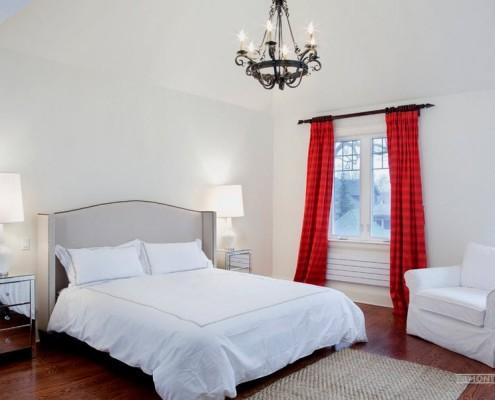 Красные полосатые шторы в белой спальне