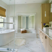 Мех на полу в ванной