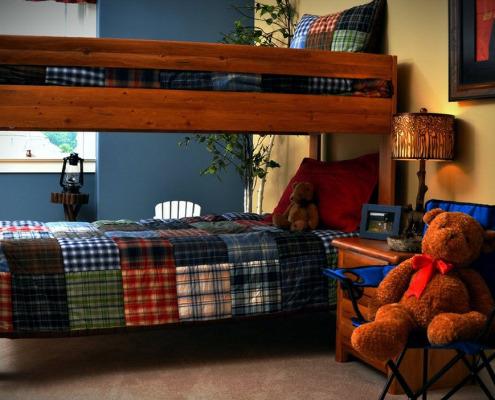 Одеяло пэчворк на двухъярусной кровати