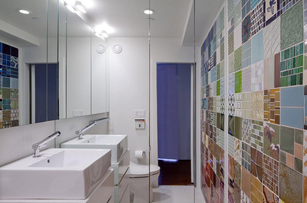 Стена в ванной из разноцветных плиток