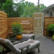 Деревянный забор с дверью