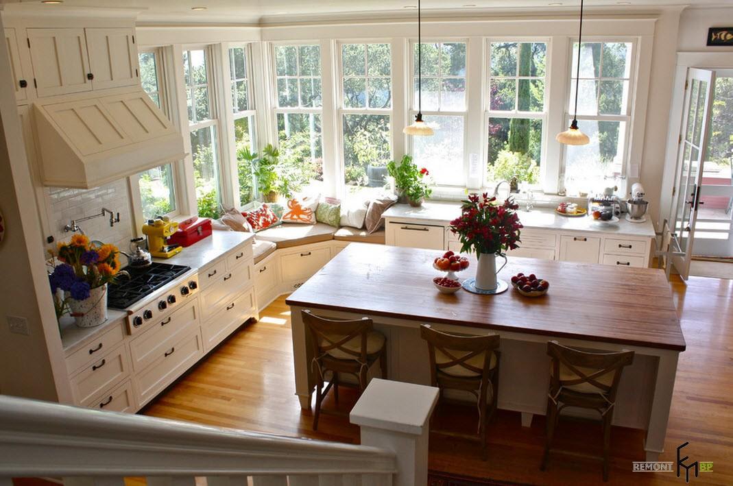 Подиум под угловым окном на кухне