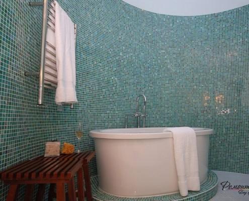 Полукруглая стена в ванной комнате