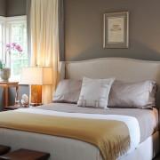 Прикроватные светильники в уютной спальне