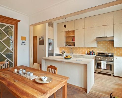 Кухонная мебель и вход в дом в одном помещении