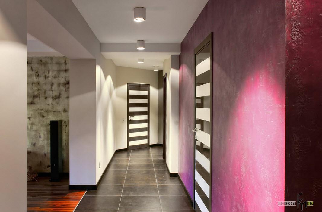 Двери в полоску в коридоре