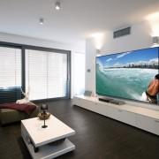 Огромный телевизор на стене
