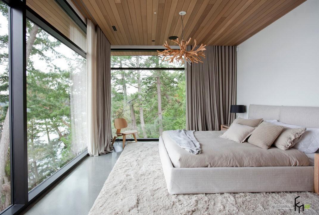 Панорамные окна в спальне и деревянный потолок