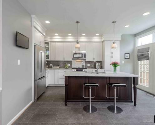 Натуральный оттенок плитки на полу кухни