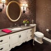 Белая мебель и сантехника в ванной