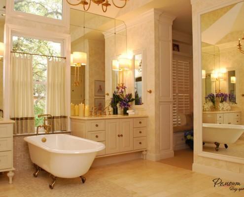 Белые занавески с бежевой каймой в ванной