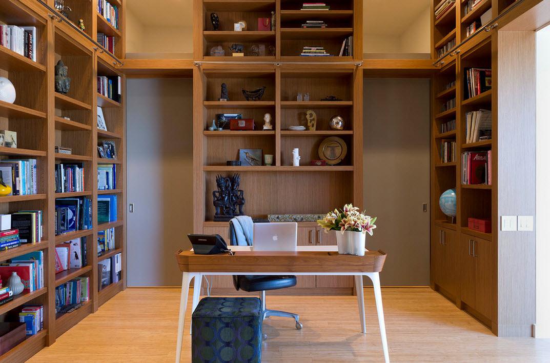 Обилие книжных полок в кабинете
