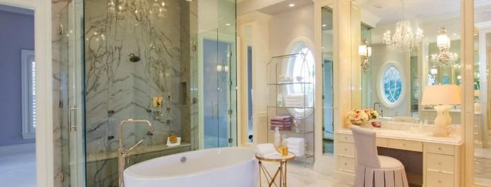 Хрустальная люстра в ванной с туалетным столиком