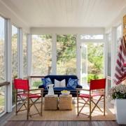 Красные стулья на веранде