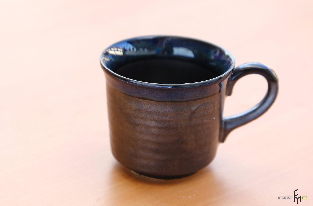 Пустая коричневая чашка