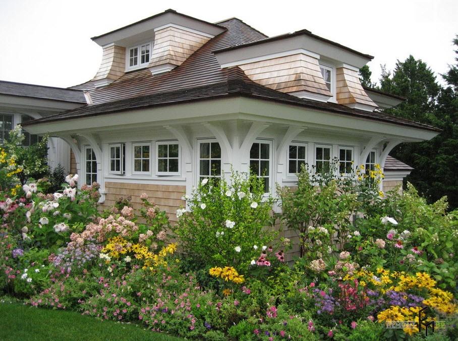 Посадка растений вокруг загородного дома создает необыкновенный уют
