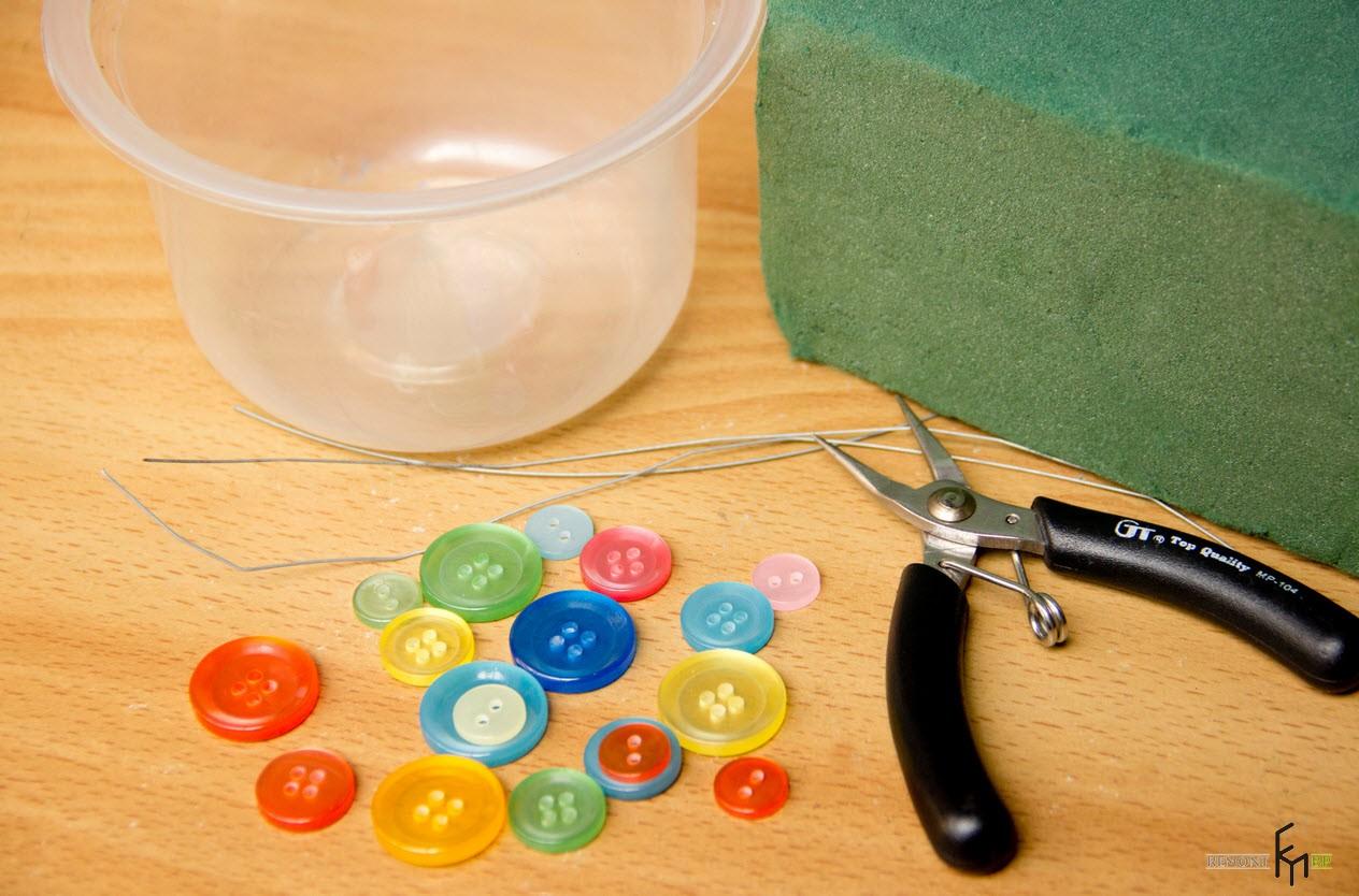 Разноцветные пуговицы на столе
