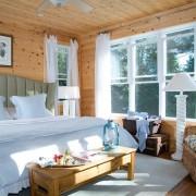 Белые шторы в интерьере спальни крайне уместны