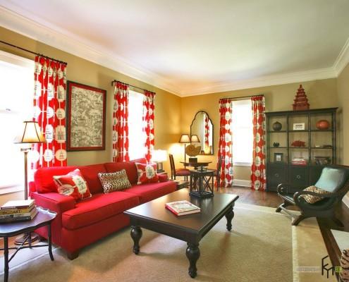 Шторы с круглыми узорами и красный диван