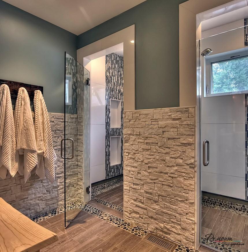 Благородный интерьер ванной комнаты, часть стен которой отделана светлым камнем