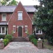 Дом с фигурной крышей