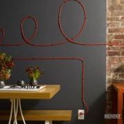 Оранжевый кабель по-разному смотрится на сером и красно-коричневом фоне