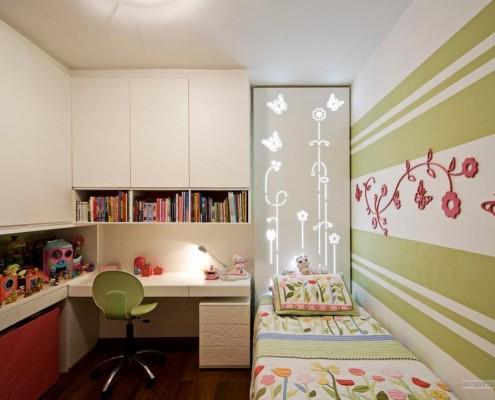 Зеленый стул в детской комнате