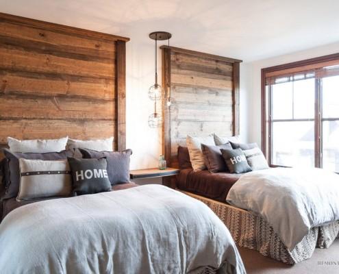 Две кровати с деревянными изголовьями