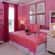 Ярко розовые стены и белый потолок