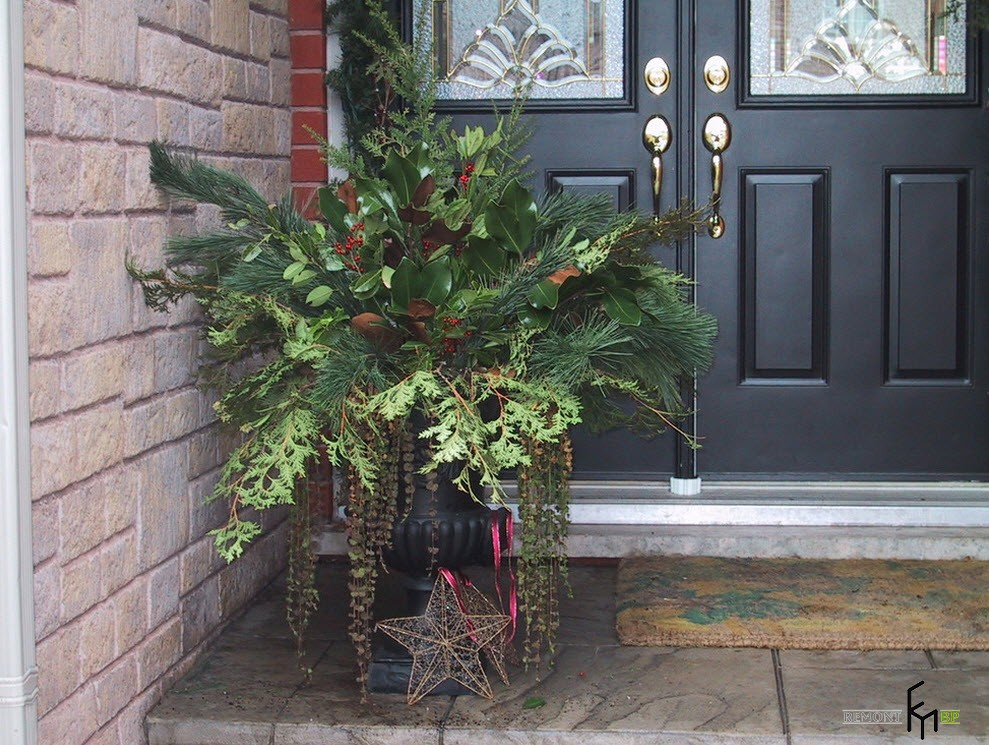 Новогодняя зеленая композиция у входа в дом