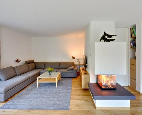 Угловой диван и биокамин в зале