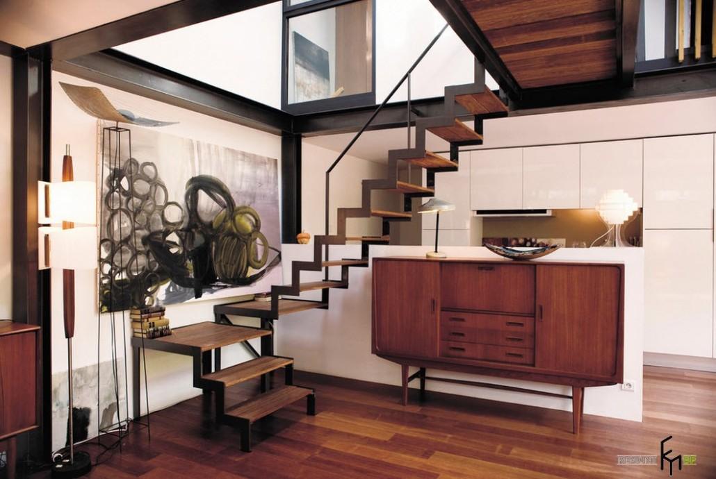 Лестница в небольшом коридоре