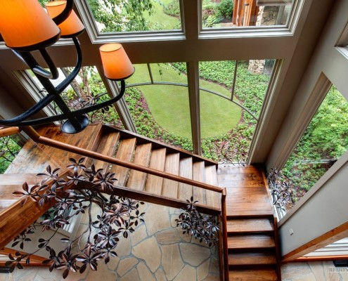 Деревянная лестница возле панорамного окна