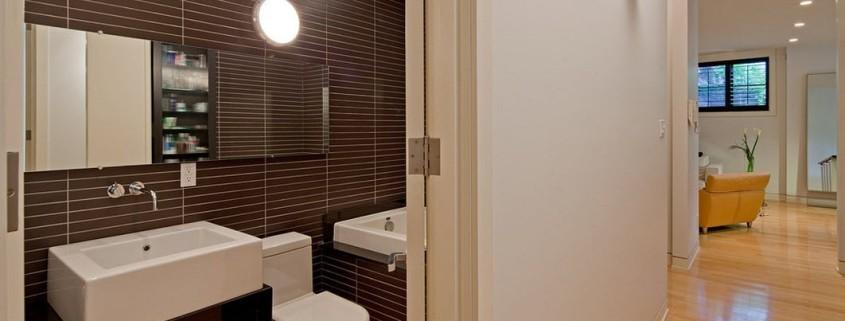 Темная плитка в туалете