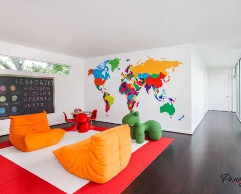 Два оранжевых кресла в игровой комнате с картой на стене