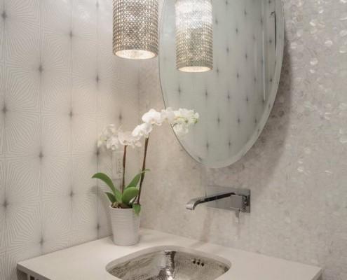 Овальное зеркало над раковиной модерн