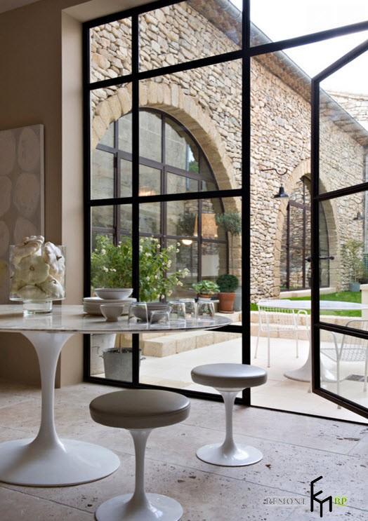 Круглые белые табуретки и стол